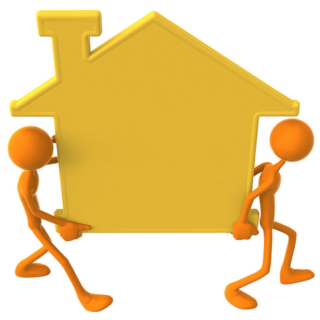 2 persos portent une maison